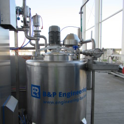 Pasteurizer with a tubular exchanger and an automatic dispenser of cleaning agents